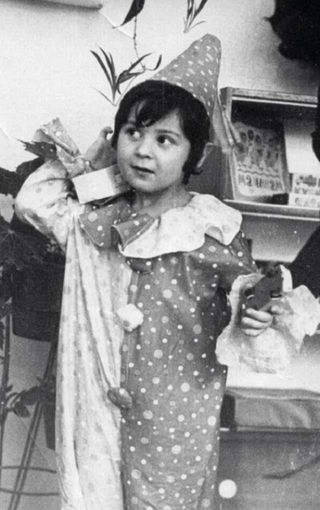 А Стаса Костюшкина мама нарядила Арлекином.