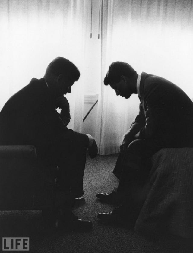 Джек и Бобби (Jack and Bobby, 1960). Джон Кеннеди со своим младшим братом Робертом в гостиничном номере во время съезда Демократической партии в Лос-Анджелесе. Оба будут мертвы через несколько лет.