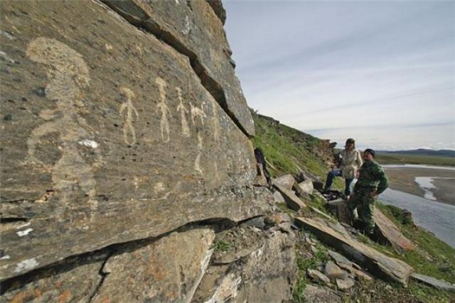 Наскальные рисунки в долине реки Пегтымель, Чукотка, Россия.