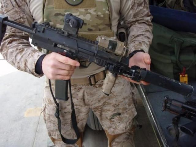 Второй спецназовец вошел в комнату и выстрелил бен Ладену в грудь, а затем в голову из винтовки HK416.