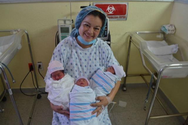 Арацелия Гарсия. В 2000 году американка поразила врачей тем, что зачала без гормональных препаратов и родила (путем кесарева сечения) тройню в 54 года.