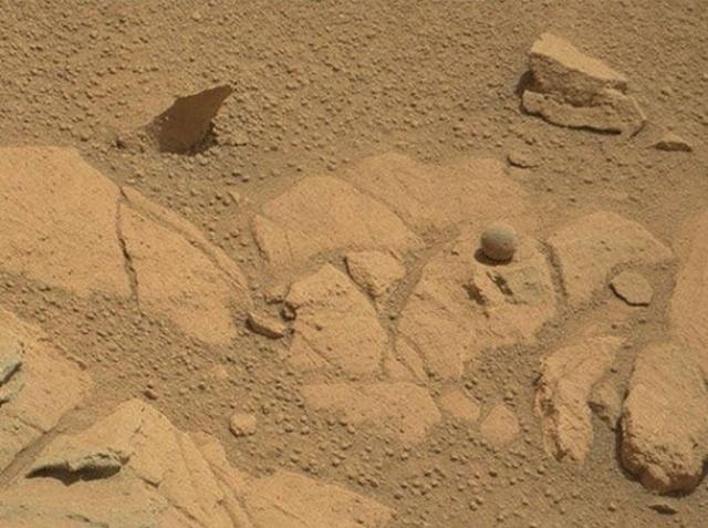 В сентябре 2014 года марсоход Curiosity сделал другое уникальное открытие. Аппарату удалось заснять каменный шар практически идеальной формы.
