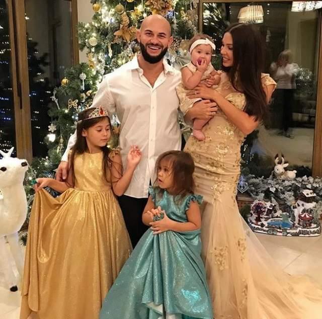 Джиган поделился новогодним фото с женой и детьми.