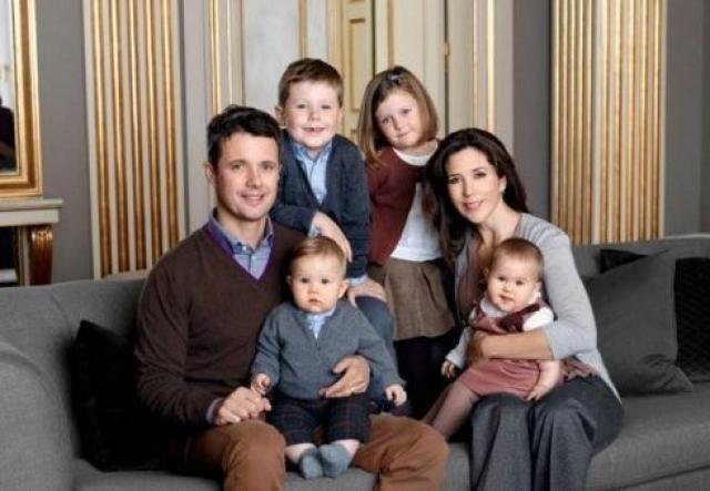 Пара долгое время поддерживала отношения на расстоянии, но в итоге сочеталась браком, а сейчас у них четверо детей.