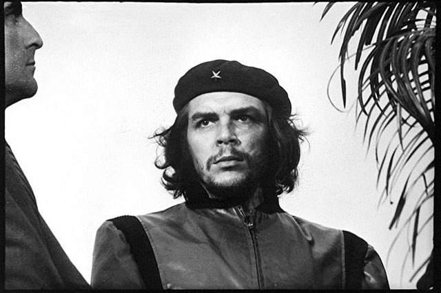 Часто ее обрезают, но на полномасштабном фото справа от кубинского команданте видна пальма, а слева - чей-то нос.