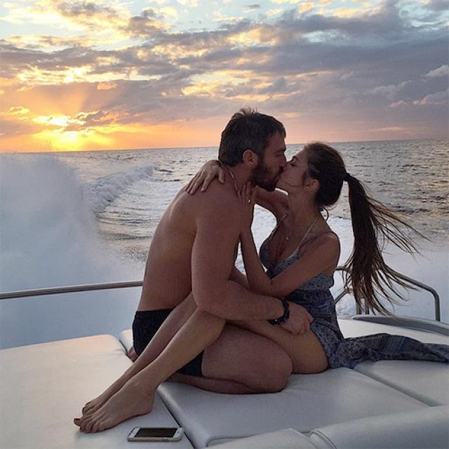 Как-то девушка с семьей отдыхала в Арабских Эмиратах и едва не утонула. Анастасия написала об этом в Instagram, а Овечкин, прочитав, узнал о ее самочувствии. С этого все и началось: когда Настя в очередной раз прилетела в США, решили встретиться.