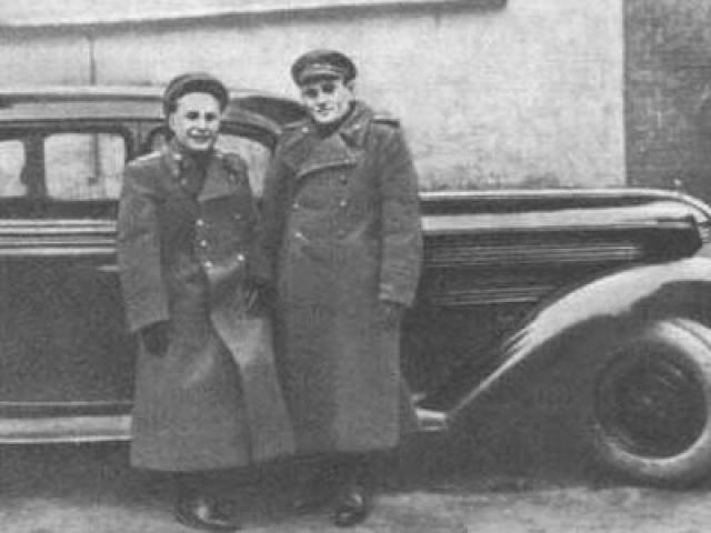 """Но один из военных, как выяснилось позднее, английский разведчик, не поверил в созданный Королевым образ советского артиллериста. Англичанина удивило абсолютное отсутствие наград и """"слишком высокий лоб для капитана артиллерии""""."""