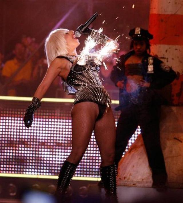"""А Леди Гага на церемонии вручения """"MuchMusic Video Awards"""" и вовсе выстрелила фейерверками из предмета женского гардероба."""