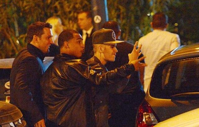 Кстати, отношения между двумя знаменитостями стали натянутыми еще в 2012 году, когда Бибер был замечен за кулисами модного показа, в котором принимала участие Керр.