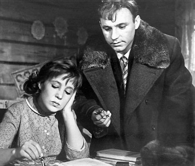 А вот с Николаем Рыбниковым, отношения у Румянцевой не заладились. Они ссорились каждые пять минут. Из-за этого любовные сцены никак не удавалось снять. Режиссер даже пригрозил, что найдет других актеров.