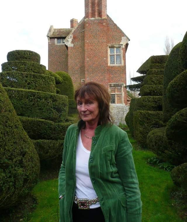 А в 1995 году Аманда Филдинг вышла замуж за бывшего профессора Оксфорда и английского лорда. Муж страдал сильными головными болями, которые прекратились после трепанации.