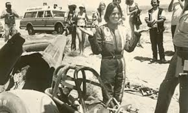 Китти О'Нил в 1976 году установила рекорд по скорости, управляя ракетомобилем - 824 км/ч.