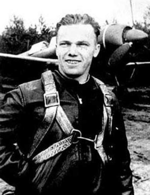 Наиболее результативный летчик-истребитель в советской авиации: одержал 64 победы. При этом официальные данные говорят о 62 воздушных победах: в списке отсутствовали победы 11 апреля 1944 года — PZL P.24 и 8 июня 1944 года — Me 109.