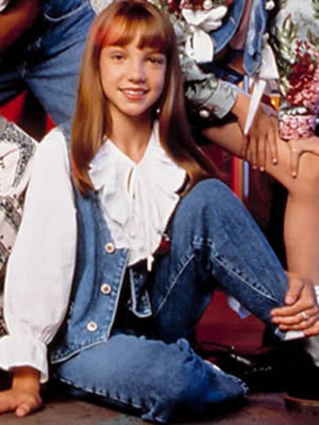 """В 1993 году Спирс вернулась на канал """"Дисней"""" и в течение двух лет участвовала в шоу """"Клуб Микки Мауса"""" вместе с другими будущими знаменитостями: Кристиной Агилерой, Джастином Тимберлейком и Джейси Чейзесом, Кери Расселл и Райаном Гослингом."""