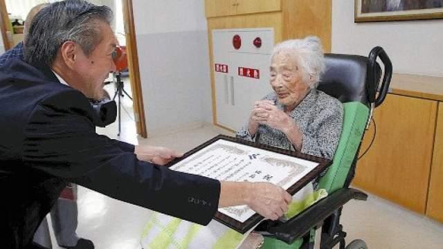 Уроженка префектуры Кагосима в последние годы перед смертью практически не ходила, а об остальной ее жизни прессе известно крайне мало. Возможно, потому что в Японии очень много тех, кто живет дольше 100 лет (если быть точными - 24 из сотни известных верифицированных долгожителей).