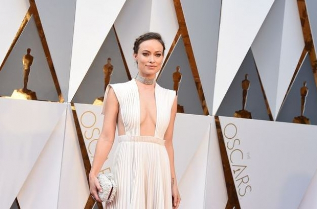 Актриса блистала в платье от Valentino.