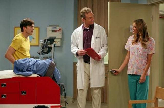 О девушке известно немного. Сейчас например Келли пробует себя в качестве актрисы. На фото: Эштон Катчер, Райан Стайлз и Келли Рорбах в сериале «Два с половиной человека».