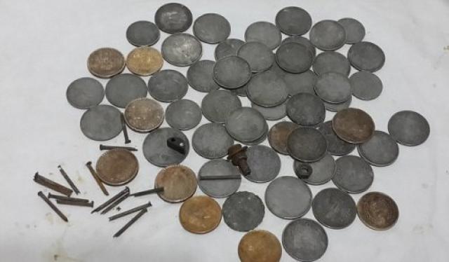 А из желудка 34-летнего индийского фермера врачи извлекли сотни монет и гвоздей. Оказалось, что он глотал их в период депрессии, продолжавшейся три года.