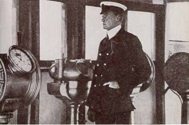 """Второй помощник капитана """"Титаника"""" Чарльз Герберт Лайтоллер . Спрыгнув с корабля одним из последних и чудом избежав засасывания в вентиляционную шахту, он доплыл до складной шлюпки Б, которая плавала вверх дном. Оторвавшаяся и упавшая в море рядом с ним труба """" Титаника """" отогнала шлюпку дальше от тонущего судна и позволила ей оставаться на плаву."""