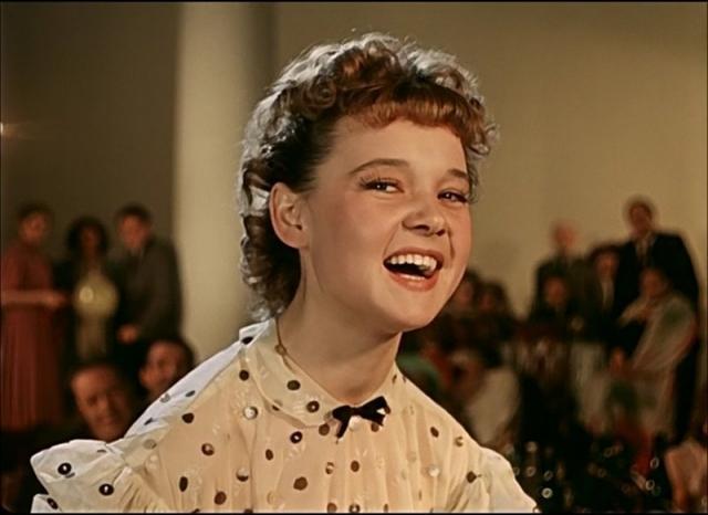 """Слава к девушке пришла после премьеры фильма """"Карнавальная ночь"""" и исполнения песни """"5 минут"""": вся страна полюбила героиню с осиной талией."""