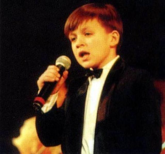 Влад Топалов. Отец мальчика – известный продюсер и музыкант – рано отдал сына в музыкальную школу, где Влад обучался не только пению, но и скрипке.