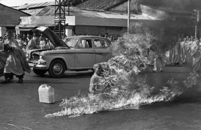 Дык начал читать буддистские тексты, а затем зажег спичку и поднес ее к своему телу. Пламя поглотило его одеяние и плоть, вскоре от тела стал исходить черный маслянистый дым.