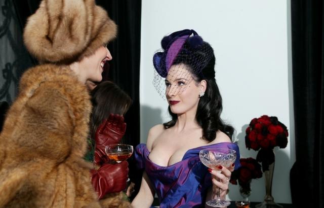 Фон Тиз была в оригинальном пурпурном платье от Vivienne Westwood и украшениях Neil Lane. Мэнсон – в смокинге в пиратском стиле от John Galliano.