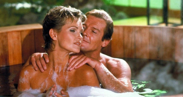 """Последний фильм Мура в роли Джемса Бонда """"Вид на убийство"""" (View to a kill) выходит в 1985 году. В этот раз в его объятиях побывали Фиона Фуллертон ..."""