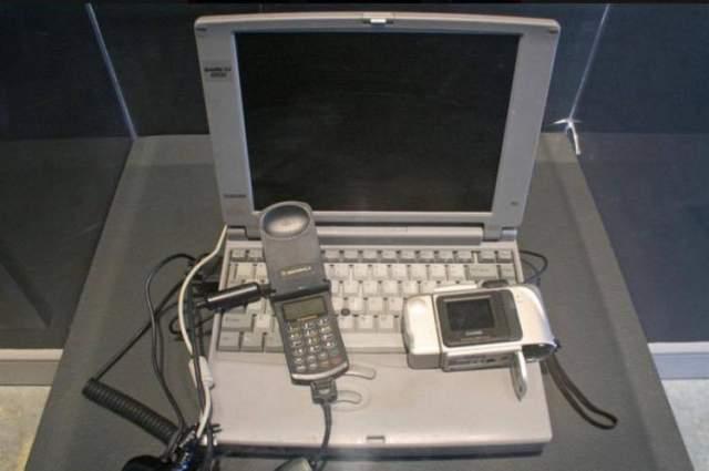 Свое устройство он соорудил из того немногого, что он взял с собой в роддом - простейшая цифровая камера, мобильный телефон и ноутбук.