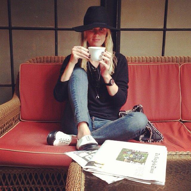 """Девушка пробовала себя как модельер и фотомодель, а также зарабатывала продажей своего имени, предлагая его уже существующим гостиницам, чтобы те могли переименоваться в """"Гостиницу Никки Хилтон""""."""