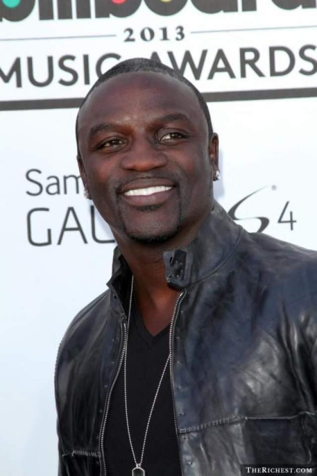 Akon В 2004 году музыкант и его менеджер Роберт Мотанез встретились с хип-хоп исполнителем Капоне для обсуждения совместной работы в одном из баров Нью-Джерси.