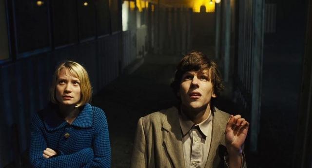 """Джесси Айзенберг и Миа Васиковска . Пара познакомилась на съемках фильма """"Двойник""""."""