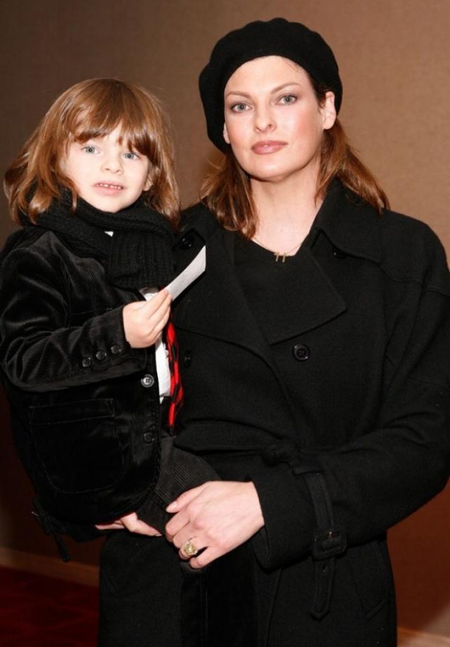 Линда Евангелиста. Модель держала в тайне имя отца своего младшего ребенка, четырехлетнего Августина Джеймса.