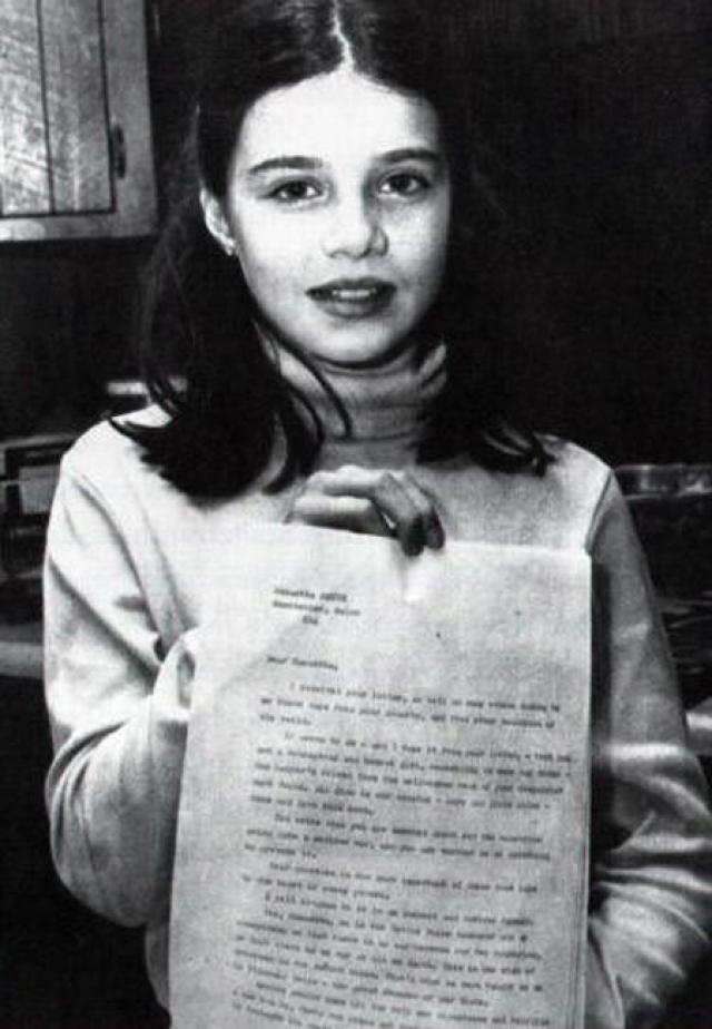 """""""Уважаемый господин Андропов! Меня зовут Саманта Смит. Мне десять лет. Поздравляю Вас с Вашим новым назначением. Я очень беспокоюсь, не начнется ли ядерная война между Советским Союзом и Соединенными Штатами. Вы за войну или нет? Если Вы против, пожалуйста, скажите, как Вы собираетесь не допустить войну?"""" - написала девочка"""