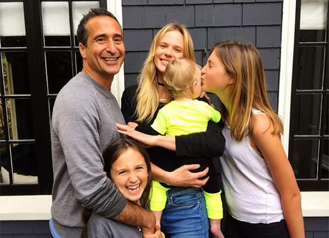 Сейчас девушка счастлива и с удовольствием проводит время большой семьей, в которую вошли также дети Кахана от предыдущего брака с британским дизайнером Элис Ларкин.