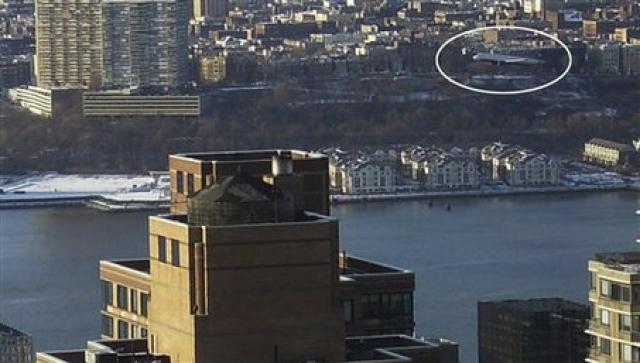 Жители Нью-Йорка сообщают, что видят самолет, низко летящий над городом. Командиру корабля некогда информировать пассажиров. Но они понимают, что самолет падает.
