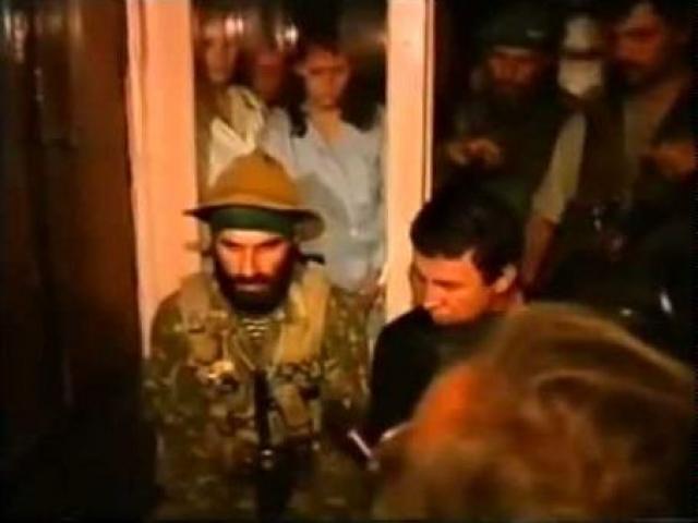 Там часть боевиков ворвалась в здание городской администрации, где захватила в заложники ее работников и посетителей.