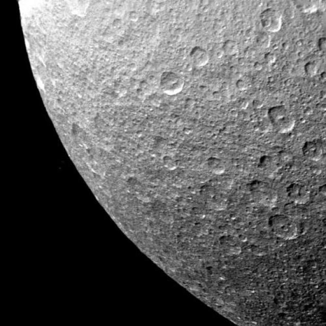 Ледяная поверхность Реи, которая очень насыщена кратерами.