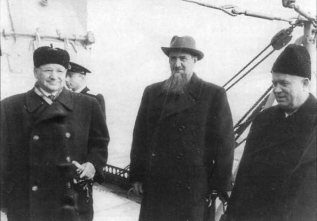 """В 1956 году во время дружественного визита Хрущев находился на крейсере """"Орджоникидзе"""". В один день возле корабля была обнаружена """"некая подозрительная цель"""", которая оказалась обычной бомбой."""