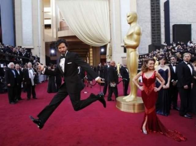 Актер Лукас Джексон решил оживить монотонное дефиле на красной дорожке.