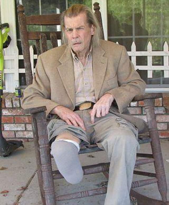 Сейчас сражается с алкоголизмом, нижняя половина его правой ноги была ампутирована.