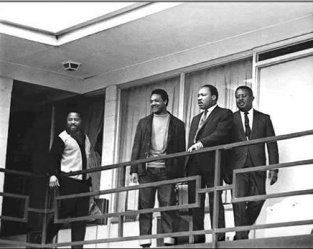 Мартин Лютер Кинг Младший Лидер американского движения по защите гражданских прав. В 1968 году он был застрелен на балконе гостиничного номера. Пуля прошла через левую щеку, раздробила челюсть, залета спинной мозг и попала в плечо. Через час врачи констатировали смерть. Эта фотография была сделана 3 апреля. Мартин Лютер стоит примерно в том же месте, где будет убит спустя сутки.