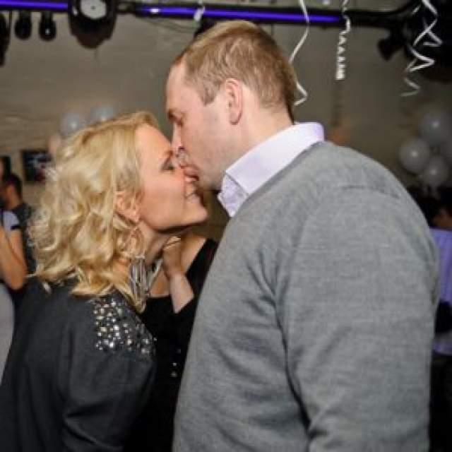 Жорин, как утверждала Гордон, ударил ее в первый раз через месяц после свадьбы. Она подала тут же на развод, но Сергей сумел вымолить прощение. Через какое-то время все снова повторилось, и, как утверждает пресса, юрист ногой заехал в живот беременной Кати.