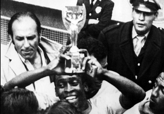 """1966. Выставленная на публике в Лондоне в канун чемпионата мира """"Богиня Ника"""" -золотая статуэтка, вручаемая чемпионам мира - была похищена."""