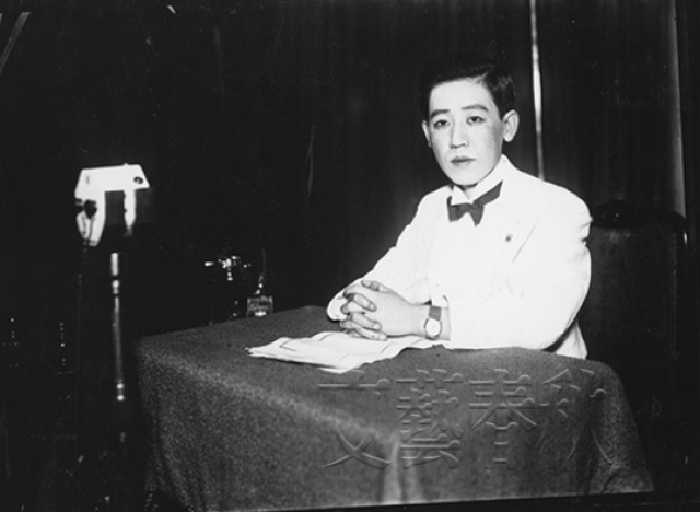"""После интронизации Пу И, Кавасима продолжала работать на Японию, став на время """"спутницей"""" генерал-майора Хаяо Тады, военного советника Пу И. В 1932 году ей даже удалось организовать из бывших бандитов и разбойников кавалерийский отряд в 3000—5000 сабель."""