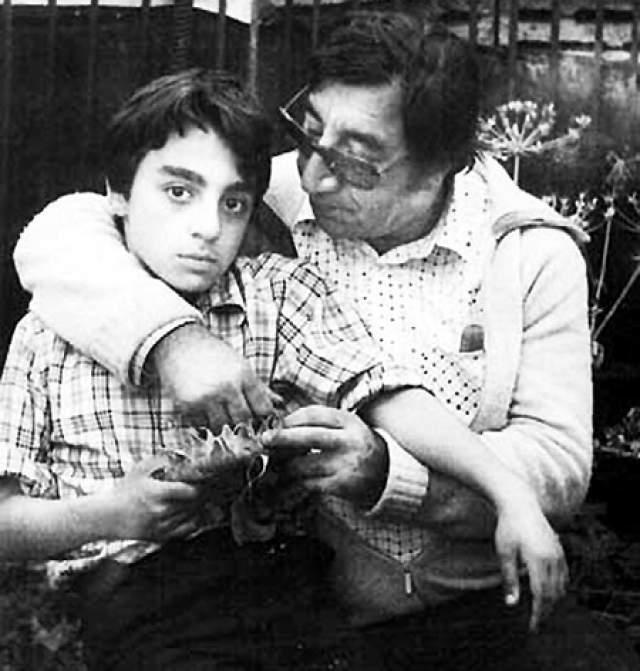 После вторых родов у жены Мкртчяна начала развиваться шизофрения. Фрунзик лечил любимую во Франции, однако результатов это не принесло. 25 лет до самой смерти Донара находилась в психиатрической клинике Севана в Армении. Спустя время оказалось, что у сына тот же диагноз.