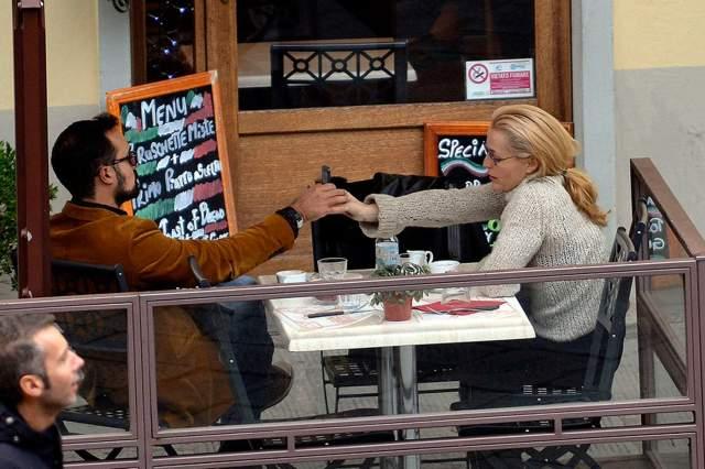 Папарацци удалось сфотографировать парочку (а именно так выглядят американская актриса и русский миллионер на снимках) во время прогулок по городу и ланча в одном из местных кафе.