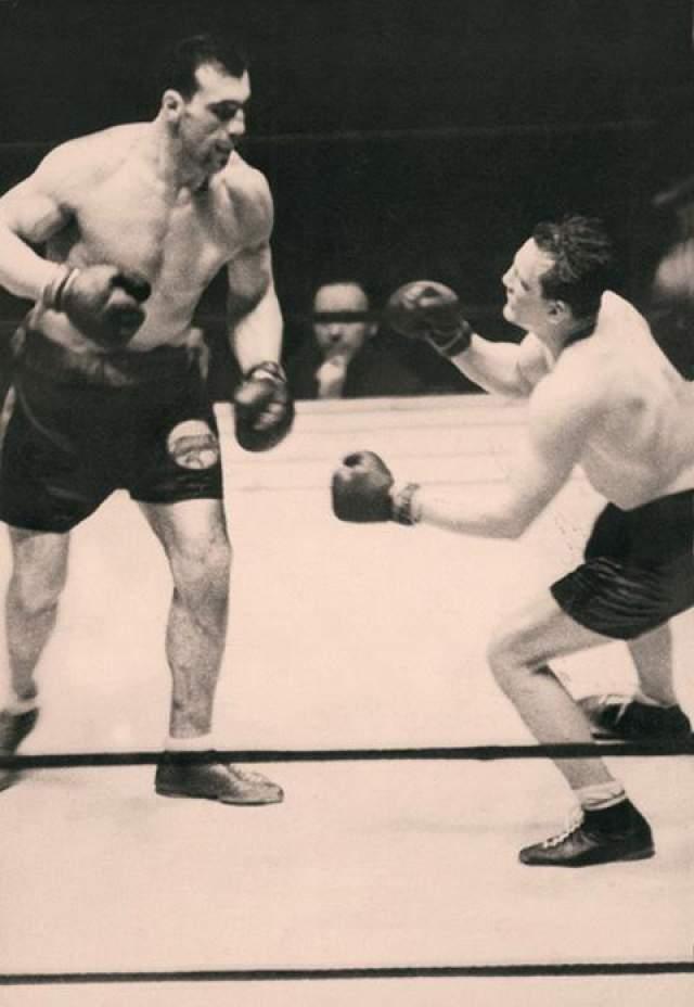 Спустя полгода Шааф встретился с еще одним легендарным бойцом, тоже, как и Бэр, ставший вскоре чемпионом мира - итальянским гигантом Примо Карнерой. Именно этот бой оказался для Эрни роковым, он очутился в нокауте в 13-м раунде, после чего был доставлен в больницу. Уже через четверо суток, на День Святого Валентина, он скончался. На фото: Эрни Шааф (справа) в бою Примо Карнерой, 10 февраля 1933 г.
