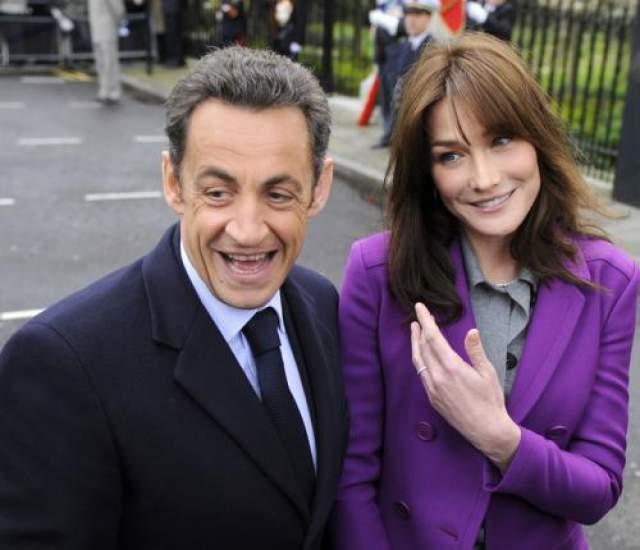 Подтвержденные отношения: Карла Бруни и Николя Саркози Бруни и Саркози познакомились в 2007 году, почти сразу же Саркози развелся с женой, а уже через несколько месяцев женился на Бруни.