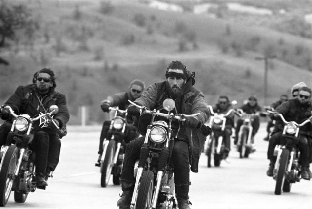 """""""Ангелы Ада"""" (США). Один из крупнейших в мире мотоклубов, имеющий свои """"филиалы"""" по всему миру. Входит, наряду с Outlaws MC, Pagans MC и Bandidos MC, в так называемую """"большую четверку"""" outlaw-клубов и является наиболее известным среди них."""